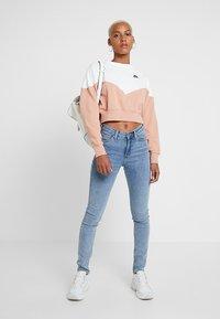 Nike Sportswear - W NSW HRTG CREW FLC - Sweatshirt - rose gold/sail/black - 1