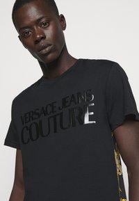 Versace Jeans Couture - NEW LOGO - T-shirt imprimé - nero - 4