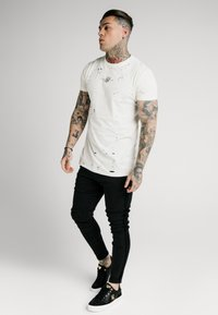 SIKSILK - DISTRESSED BOX TEE - Triko s potiskem - off white