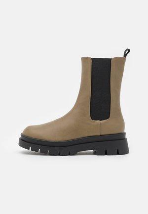 VEGAN MAZE COMBAT PLATFORM MIDI GUSSET BOOT - Kotníkové boty na platformě - olive green