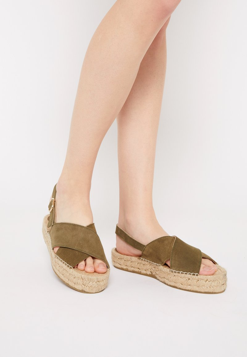 JUTELAUNE - CROSSED FLAT - Platform sandals - khaki