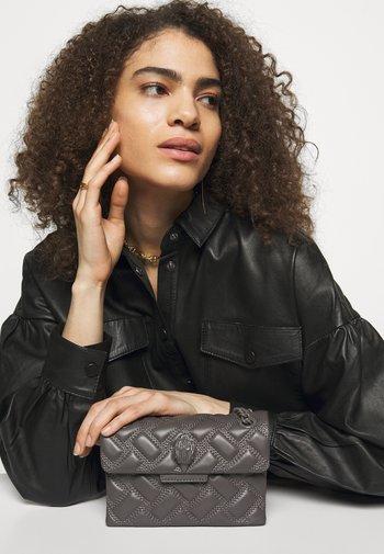 MINI KENSINGTON DRENCH - Handbag - brown
