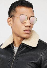 CHPO - IAN - Sunglasses - gold-coloured/pink mirror - 1
