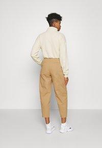 Who What Wear - CARROT LEG TROUSER - Kalhoty - khaki - 2