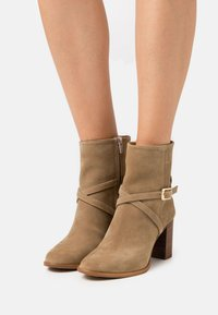 Zign - Classic ankle boots - light brown - 0