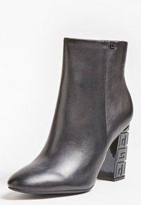 Guess - LARIAH - Korte laarzen - schwarz - 2