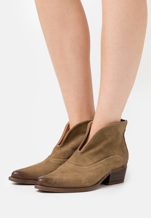 WEST - Ankle boot - marvin stone