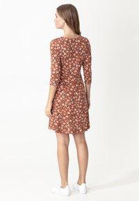 Indiska - GINA - Žerzejové šaty - cogna - 3