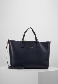 Tommy Hilfiger - ICONIC SATCHEL  - Håndtasker - blue - 0