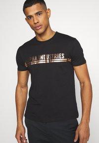 Alpha Industries - T-shirt med print - black/copper - 3