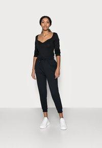 Even&Odd Petite - 2 PACK - Pantalon de survêtement - black/blue - 1