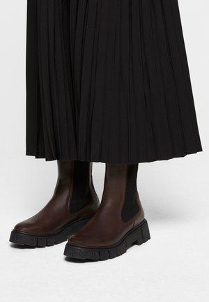 Boots - dk brown/black