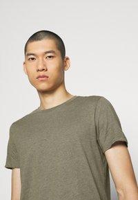 Burton Menswear London - SHORT SLEEVE CREW 5 PACK - T-shirt - bas - off white/inidgo/burgundy/dusty olive/mushroom - 8