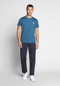 Tommy Jeans - CHEST LOGO TEE - Print T-shirt - audacious blue - 1