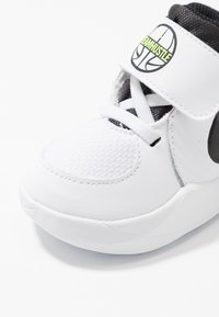 Nike Performance - TEAM HUSTLE - Basketball shoes - white/black/volt - 5