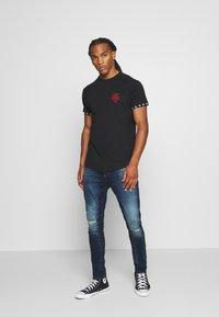 Brave Soul - T-shirt con stampa - jet black/ red - 1