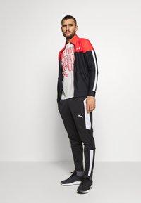 Under Armour - PROJECT ROCK - Camiseta estampada - summit white/versa red - 1