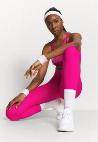 Nike Performance - INDY ICONCLASH BRA - Brassières de sport à maintien léger - fireberry/white - 1