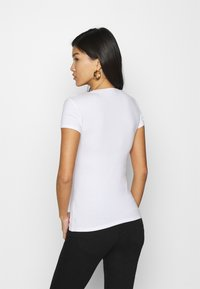 Guess - T-shirt con stampa - true white - 2