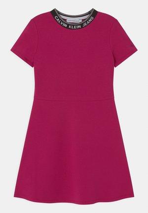 INTARSIA LOGO SKATER - Denní šaty - stunning magenta
