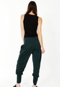 HotSquash - ROLL TOP HAREM YOGA - Pantalon classique - bottle green - 2