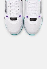 Puma - VEGAN MILE RIDER SUNNY GATAWAY WN'S - Sneakersy niskie - white/gray violet - 5