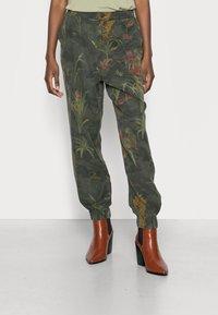 Desigual - PANT CAMOTIGER - Bukse - green - 0
