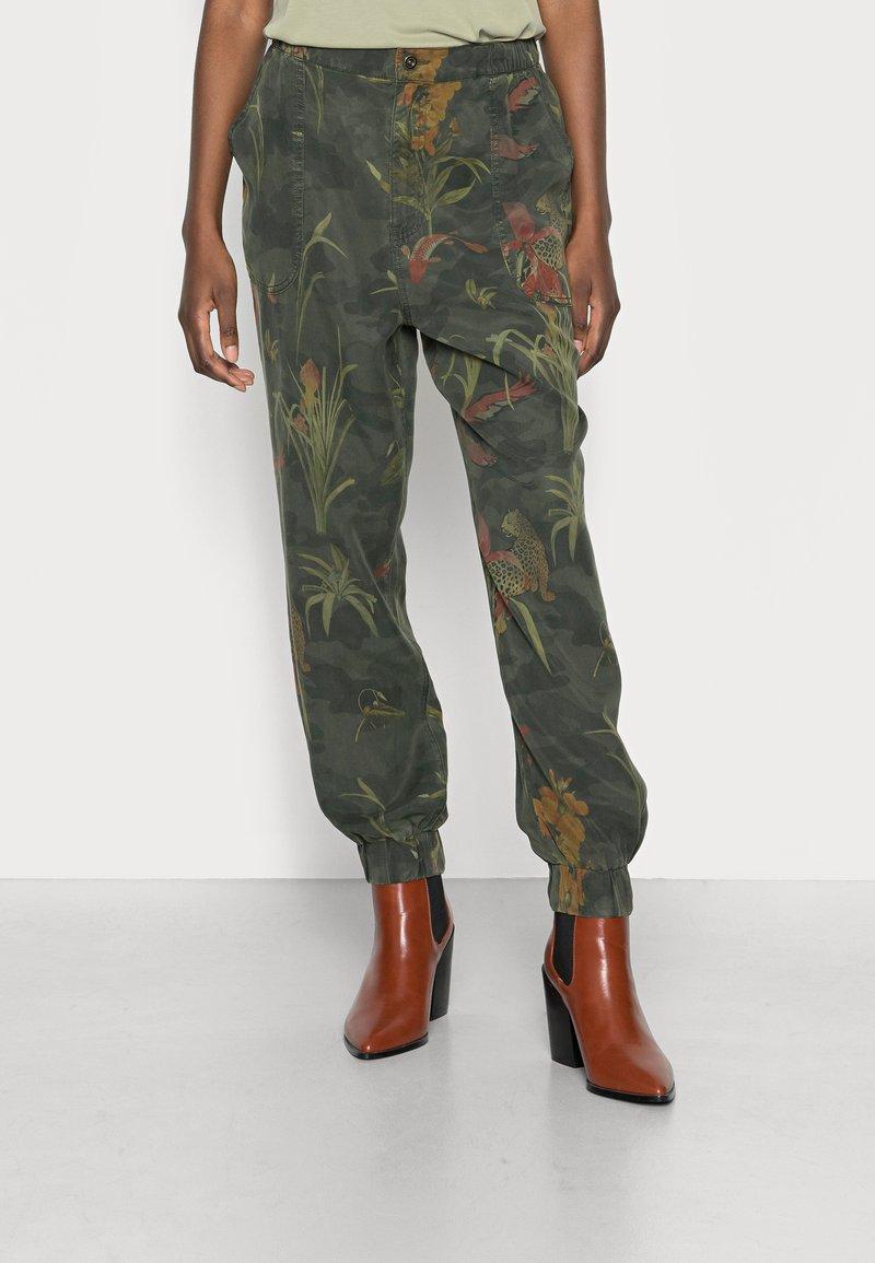 Desigual - PANT CAMOTIGER - Bukse - green