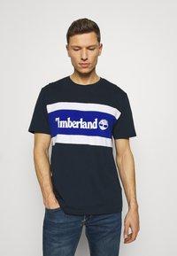 Timberland - CUT SEW COLORBLOCK TEE - T-shirt z nadrukiem - dark sapphire - 0