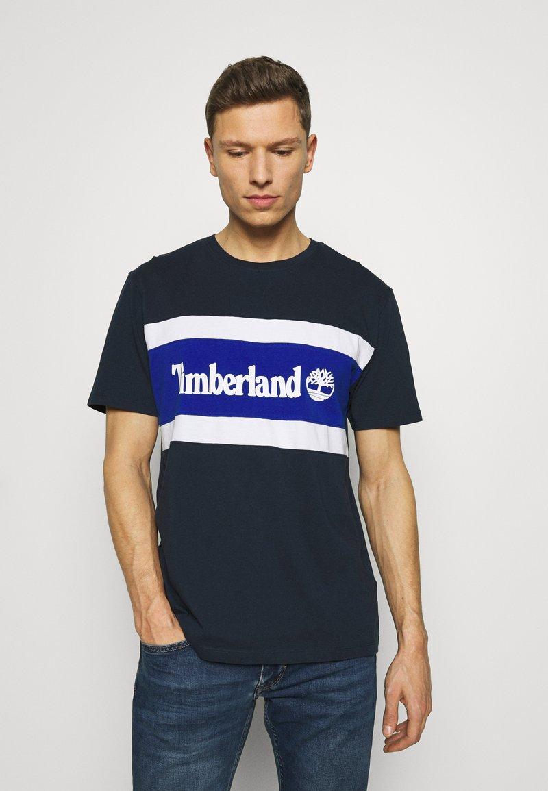 Timberland - CUT SEW COLORBLOCK TEE - T-shirt z nadrukiem - dark sapphire