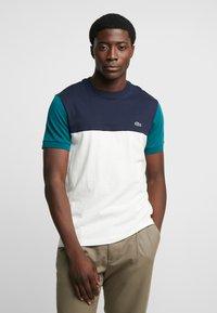 Lacoste - T-shirt print - farine/marine pin - 0
