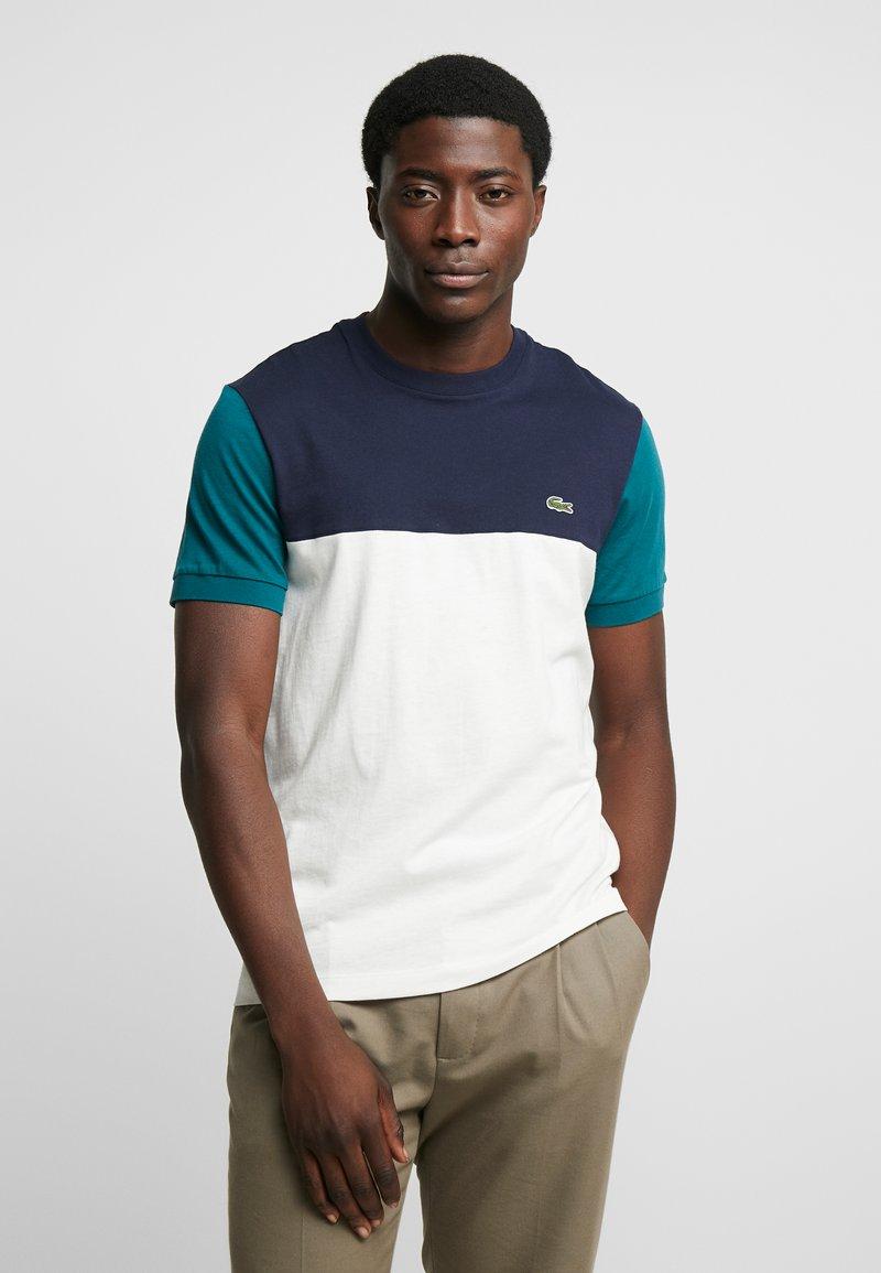 Lacoste - T-shirt print - farine/marine pin