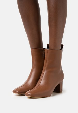 BOOTIE - Classic ankle boots - caramel