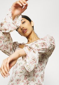 Missguided - FLORAL FRILL SHOULDER TIE DRESS - Day dress - cream - 3