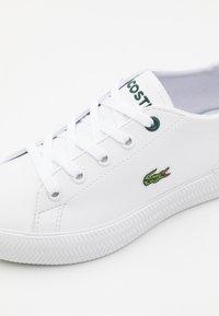 Lacoste - GRIPSHOT UNISEX - Trainers - white/dark green - 5