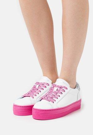 LACE LOGOMANIA - Sneakersy niskie - pink