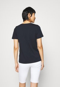 Tommy Hilfiger - BOBO REGULAR  - T-shirts med print - desert sky - 2