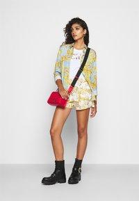 Versace Jeans Couture - Shorts - bianco ottico - 1