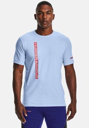 UA VERTICAL WORDMARK SS - Print T-shirt - isotope blue