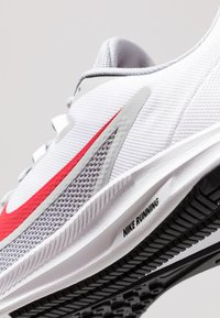 Nike Performance - DOWNSHIFTER  - Løbesko stabilitet - wolf grey/university red/white/black - 5