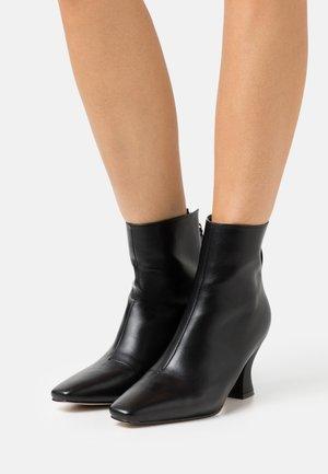 OLERIA - Korte laarzen - black
