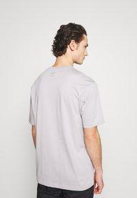 adidas Originals - TREFOIL TEE UNISEX - Print T-shirt - grey - 2