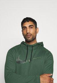 Nike Performance - DRY HOODIE - Mikina skapucí - galactic jade - 3