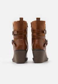 Wallis - AMANDA - Wedge Ankle Boots - cognac - 3