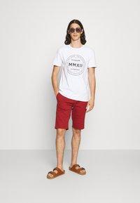 CLOSURE London - LOGO EMBLEM TEA - Print T-shirt - white - 1