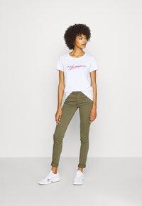 Guess - GENZIANA TEE - Print T-shirt - true white - 1