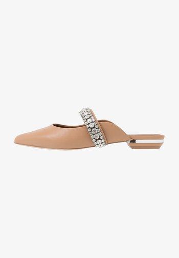 PRINCELY - Pantofle - camel