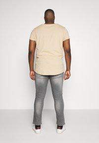 Burton Menswear London - BIG KOREA - Slim fit jeans - light grey - 2
