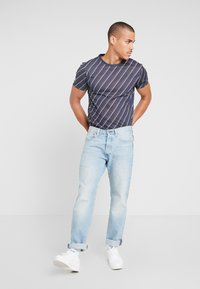 Burton Menswear London - DIAGONAL STRIPE - Print T-shirt - navy - 1