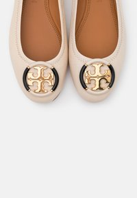 Tory Burch - MINNIE BALLET WITH MULTI LOGO - Baleriny - rice paper - 6